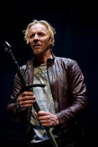 Eero Aho Hamletin roolissa. (Kuva © Stefan Bremer)