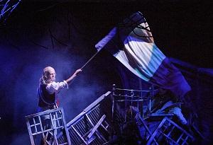 Enjolras (Samuel Harjanne) johtaa kansaa kapinaan. (Kuva: Harri Hinkka)