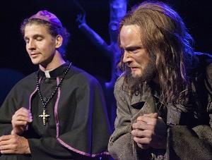 Piispa (Topi Lehtomäki) armahtaa Jean Valjeanin (Tero Harjuniemi). (Kuva: Harri Hinkka)