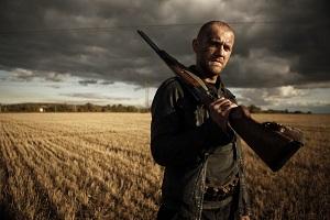 Denis Shvedovin esittämä karkuri ei pelkää käyttää kivääriään. (Kuva: HIFF)