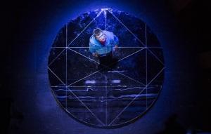 Autistinen Christopher Boone (Jyrki Mänttäri) selvittää yöllisen koiran merkillistä tapausta. (Kuva: Kari Sunnari)