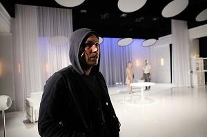 Jussi Nikkilän esittämä veli saapuu näytelmään vasta väliajan jälkeen. (Kuva: Pate Pesonius)