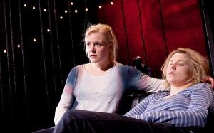 Teatteriohjaajan (Iida Kuningas) ja kumppaninsa (Emmi Parviainen) parisuhde joutuu koetukselle, kun näytelmä vie kaiken ajan ja paljastaa ohjaajan salaituimmatkin ajatukset. (Kuva: Pate Pesonius.)