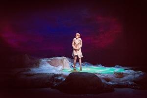 Yksinkertainen Bess (Helmi-Leena Nummela) pyytää Jumalalta palvelusta, jolla on kauheat seuraukset. (Kuva: Otto-Ville Väätäinen)