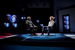Anders Breivik (Antti Pääkkönen) ja näytelmäkirjailija (Minna Haapkylä) kohtaavat näyttämöllä.