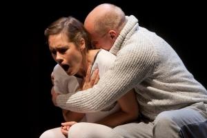 Sisko ja Eskon (Jessica Grabowsky ja Antti Pääkkönen) tarina on näytelmän parasta antia.