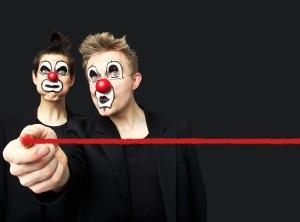 Klovnit Zin (Timo Ruuskanen) ja Mike (Tuukka Vasama) näyttelevät kaikki Punaisen viivan roolit päähenkilöistä kirkon tapuliin. (Kuva: Tero Ahonen)