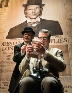 Hirttäjä Harry Wade (Petri Manninen) antaa haastattelun toimittaja Cleggille (Tero Kopponen). (Kuva: Tuomo Manninen)