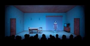 Näytelmän lavastus korostaa tunnelmaa. Lavalla tytär (Ylermi Rajamaa). (Kuva: Pate Pesonius)