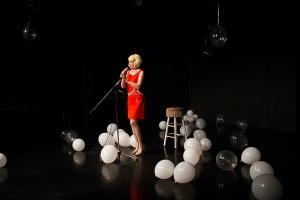 Haley McGeen esittämä nainen järjestää rakastetulleen yllätysjuhlia, joissa yleisö on vahvasti mukana. (Kuva: Ashley Pettipas)