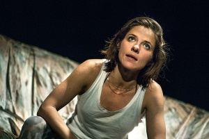 Anna Paavilainen ruotii monologissa teatterin perinteisiä naisrooleja. (Kuva: Tani Simberg / Baltic Circle)